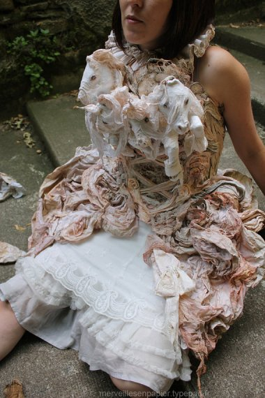 MerveillesEnPapier seems very enthusiastic about this paper dress with ponies and shit.