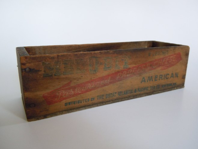 This is the Mel O Bit Vintage Wood Cheese Box I got from RoughRusticsVintage. Isn't it great?