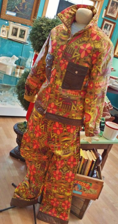 """This is a vintage unisex snow suit. And by """"unisex,"""" I assume they mean """"no sex."""" By energyforthesoul2"""