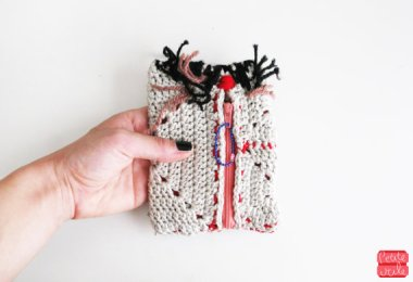 This is a crocheted vagina purse. I know. I don't see it either. By petiteutile who should maybe consult a text book. Or get a girlfriend