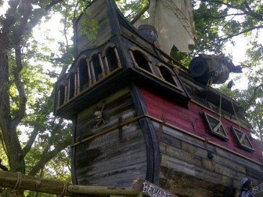 Unbelievable pirate tree house. By TinyTownStudios